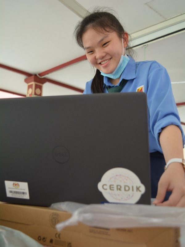 A CERDIK student recipient unboxing the device after the briefing