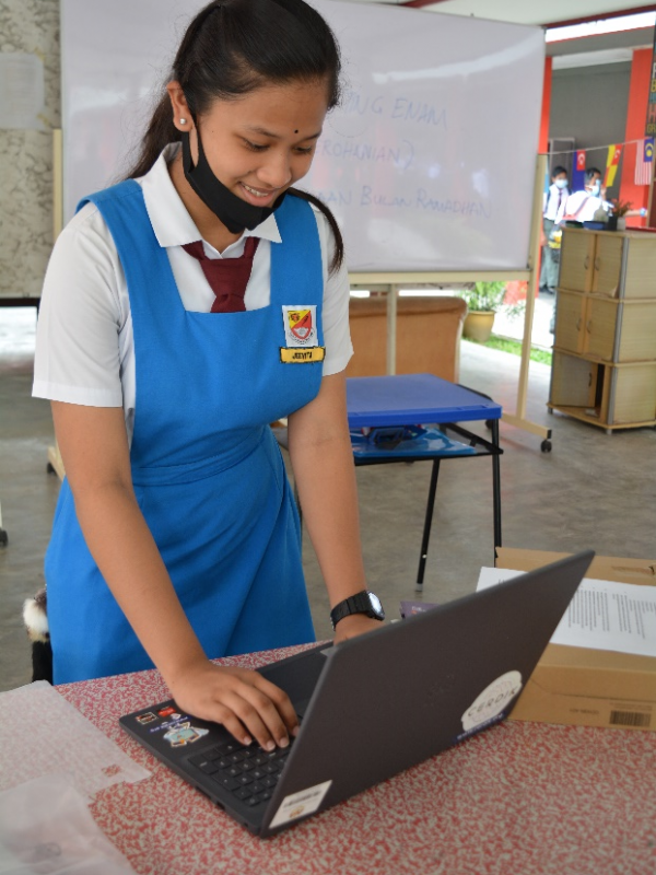 An excited CERDIK recipient could not wait to begin online learning